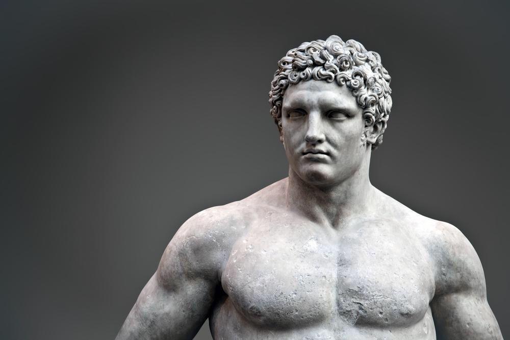 một mái tóc xoăn và một thân hình như thần Hercules ư?